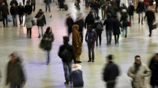 元月一日,德國慕尼黑車站前走動的人群。