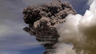 Núi Cotopaxi phun lửa ở vùng Pichincha - AFP / JUAN CEVALLOS