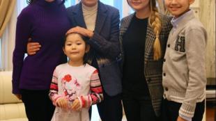Супруга Мухтара Аблязова Алма Шалабаева и их дети вместе с министром иностранных дел Италии Эммой Бонино, 27 декабря 2013