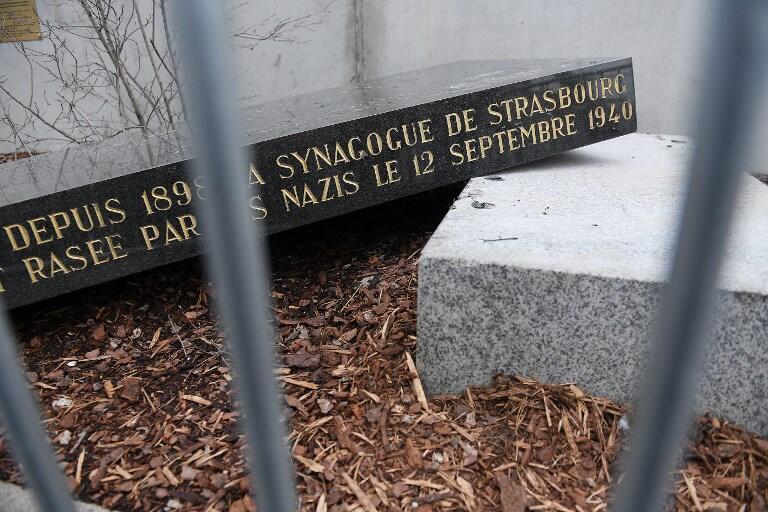 Мемориальный обелиск на месте взорванной нацистами синаноги в Страсбурге был разрушен в ночь с пятницы на субботу, 2 марта 2019 г.