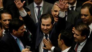 Rodrigo Maia comemora a vitória na eleição para a presidência da Câmara dos Deputados, na madrugada desta quinta-feira (14).