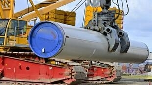 Una grúa traslada un gran cilindro durante los trabajos de construcción del gasoducto Nord Stream 2 el 26 de marzo de 2019 en Lubmin, al noreste de Alemania