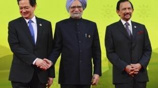 Thủ tướng Ấn Độ Manmohan Singh (G) chụp ảnh chung với các lãnh đạo ASEAN nhân Thượng đỉnh ASEAN - Ấn Độ, Brunei, 10/10/2013