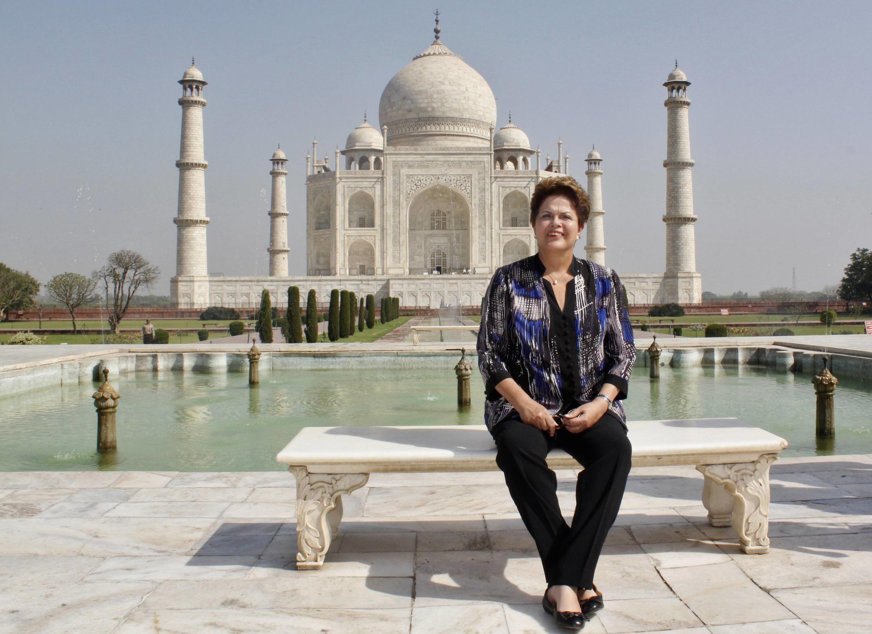A presidente do Brasil, Dilma Rousseff, diante do monumento do Taj Majal, na Índia, em 31 de março de 2012..