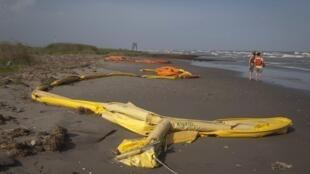 Một đoạn phao ngăn mảng dầu ở vùng biển phía Tây Nam Lousinana, ngày 15/05/2010