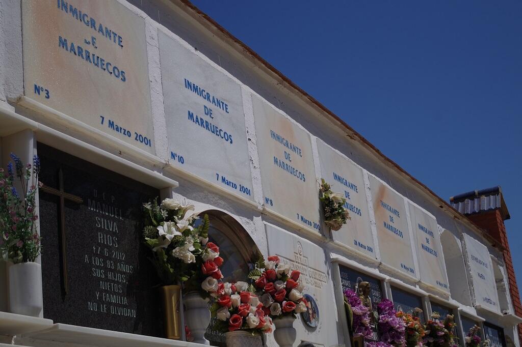 Dans le cimetière de Tarifa, à la pointe sud de l'Espagne, il n'y a plus de place, depuis ce mois d'août 2017, pour enterrer les migrants morts dans le détroit de Gibraltar dans les traditionnelles niches. Ils sont tous placés dans la fosse commune.