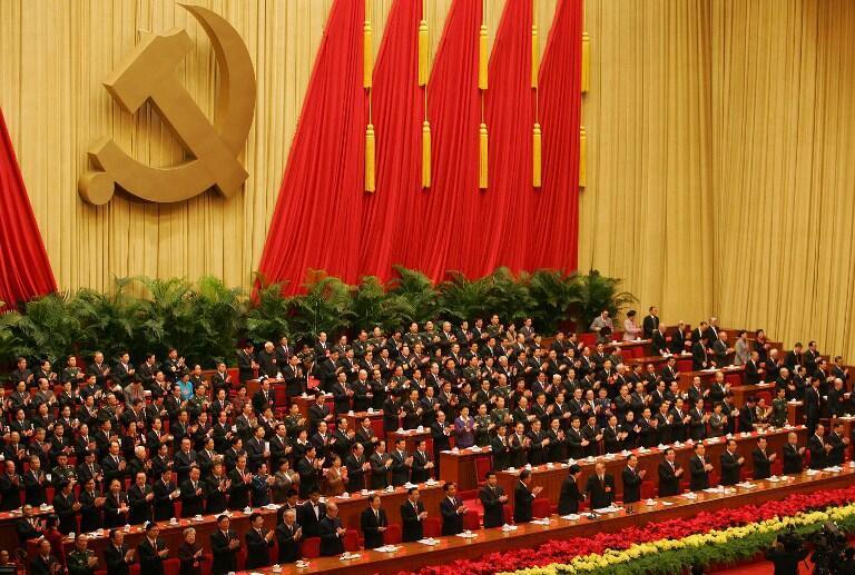 Passation de pouvoir entre Hu Jintao et Jiang  Zemin lors du 17e Congrès du Parti communiste chinois, à Pékin, le 21 octobre 2007.