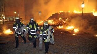 Bombeiros alemães tentam controlar fogo causado por explosão de bomba da Segunda Guerra Mundial, nesta terça-feira, em Munique.