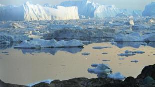 آب شدن یخهای گروئنلند و قطب شمال به دلیل فرآیند گرمایش کرۀ زمین
