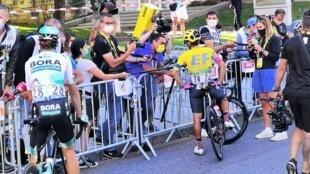 Zona mixta en la llegada de la tercera etapa del Tour de Francia 2020 a Sisteron. Sergio Higuita es interrogado por RFI y la prensa colombiana.
