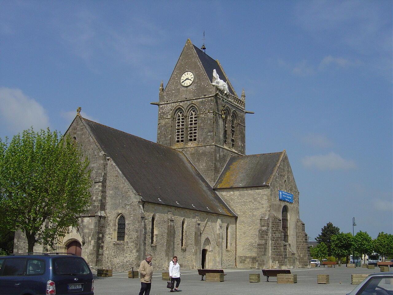 Церковь в Сент-Мер-Эглиз с парашютом американского десантника в память о событиях ночи с 5 на 6 июня 1944 года
