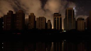 Des immeubles plongés dans l'obscurité à cause d'une panne d'électricité à Sao Paulo au Brésil, le 11 novembre 2009.