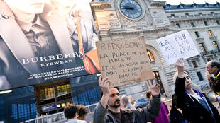 The Déboulonneurs protest against overwhelming advertising