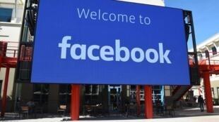 Un cartel de Facebook en el complejo de la sede central del gigante tecnológico, el 23 de octubre de 2019 en la localidad californiana de Menlo Park (oeste de EEUU)