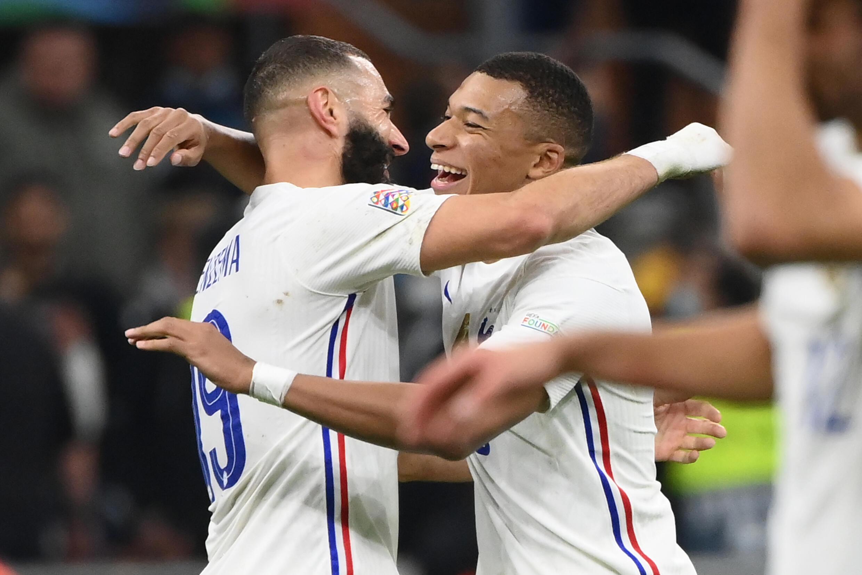 Karim Benzema et Kylian Mbappé, tous deux buteurs, savourent le triomphe des Bleus en finale de la Ligue des nations contre l'Espagne à Milan, le 10 octobre 2021