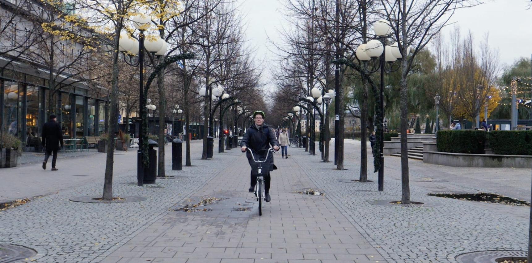 Embaixadora finlandesa na Suécia, Liisa Talonpoika, abandonou o carro oficial e vai todos os dias para o trabalho de bicicleta.