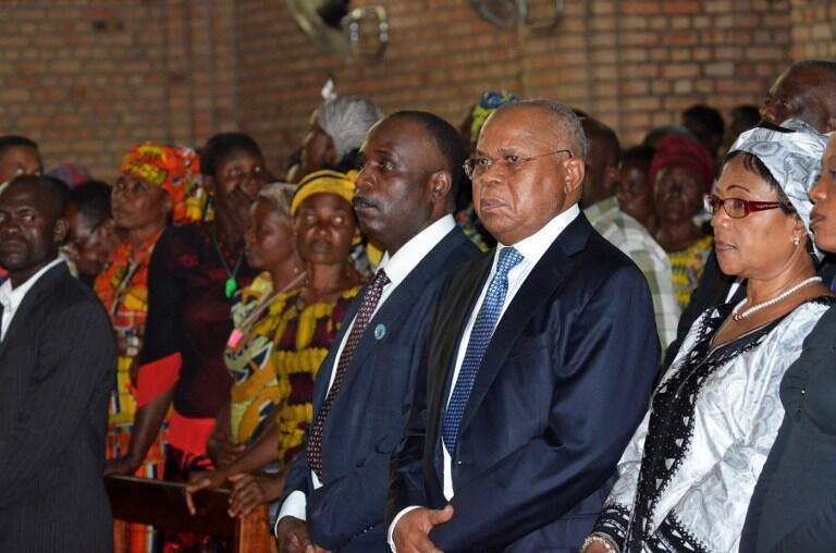 Etienne Tshisekedi (Centre D) aux côtés de leader de l'opposition Eugène Diomi Ndongala (Centre G) à l'église Notre-Dame de Kinshasa, le 22 Juin 2012.