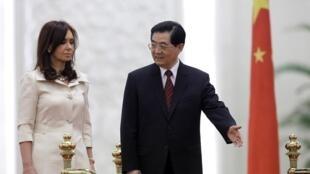 中國主席胡錦濤與阿根廷女總統費爾南德斯2010年七月十三日在北京人民大會堂。