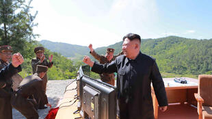 El mandatario norcoreano Kim Jong-Un aplaude un primer test de misil intercontinental Hwasong-14, lanzado el 4 de julio del 2017.
