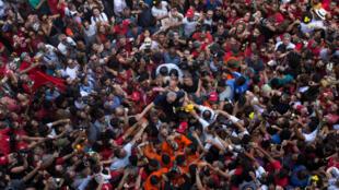 Lula é saudado por simpatizantes diante do Sindicato dos Metalúrgios de São Bernardo (7/4/18).