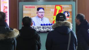 Surcoreanos siguieron el discurso de año nuevo del presidente Kim Jong-Un, el 1ero de enero de 2018.