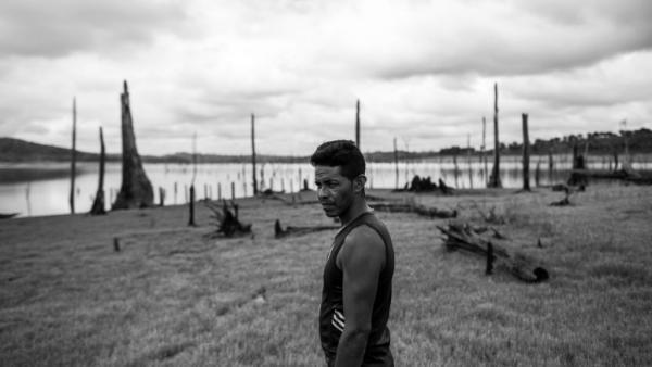 """Imagem do filme """"O Reflexo do Lago"""", que conta a história da construção da hidrelétrica de Tucuruí, no Pará, e o impacto na vida dos moradores."""