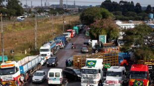 Caminhoneiros bloqueiam acesso à Refinaria Presidente Getúlio Vargas, em Araucária (PR).