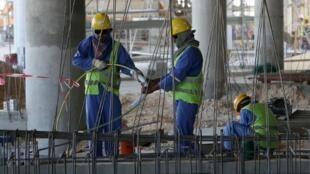 """Doha a jugé """"exagérées"""" jeudi les évaluations étrangères de la situation des travailleurs migrants travaillant sur les chantiers du Mondial 2022 au Qatar, tout en disant les prendre au sérieux.Des ouvriers sur un chantier à Doha au Qatar, le 3 octobre 2013"""