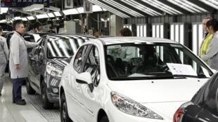 A l'usine de fabrication de PSA à Poissy, 702 emplois doivent être supprimés.