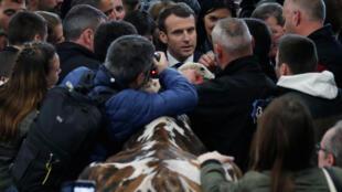 法国总统马克龙23日参观农展会人群争相握手