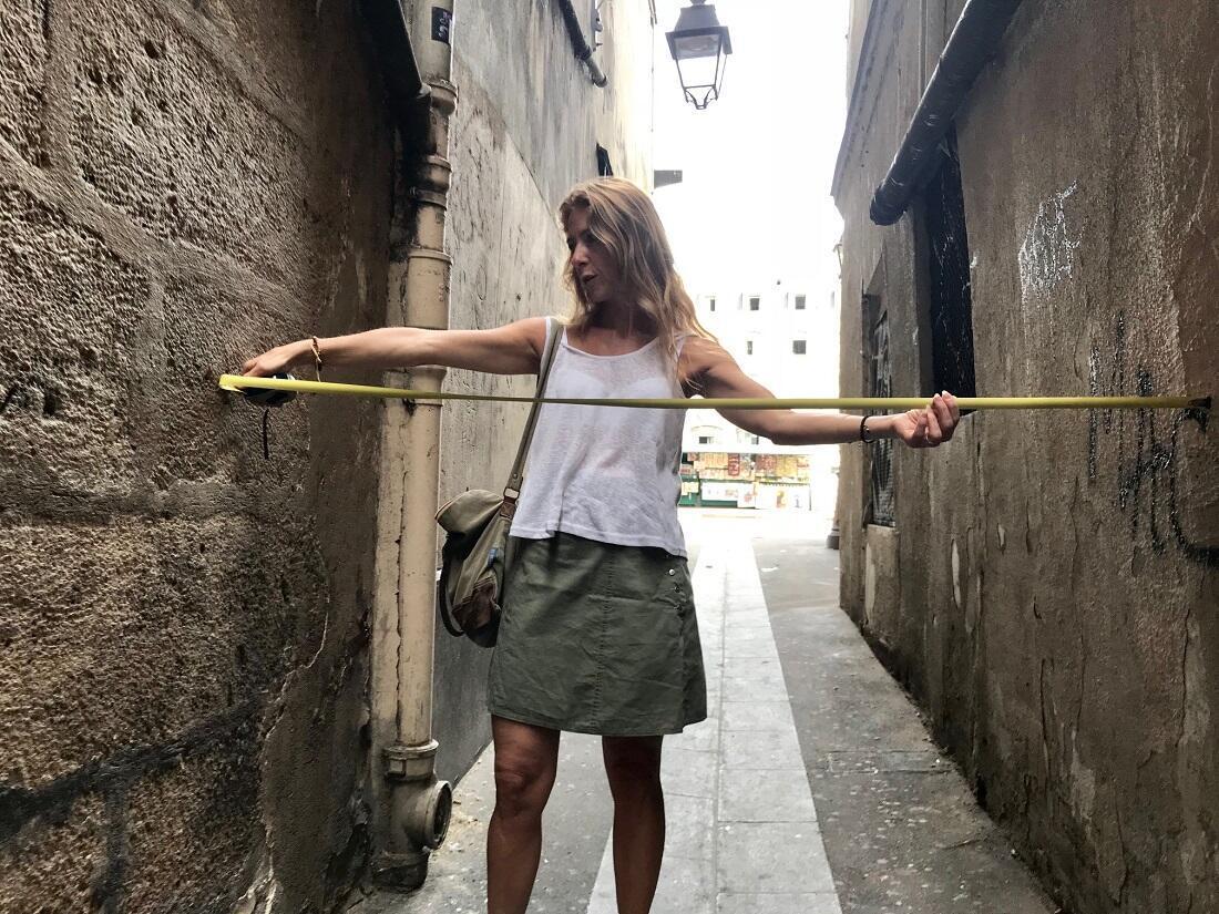 Dominique Lesbros a vérifié : la rue fait bien 1,57 m de large en son endroit le plus étroit.