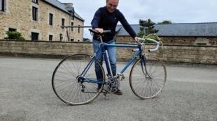 Bernard Hinault con su primera bicicleta.