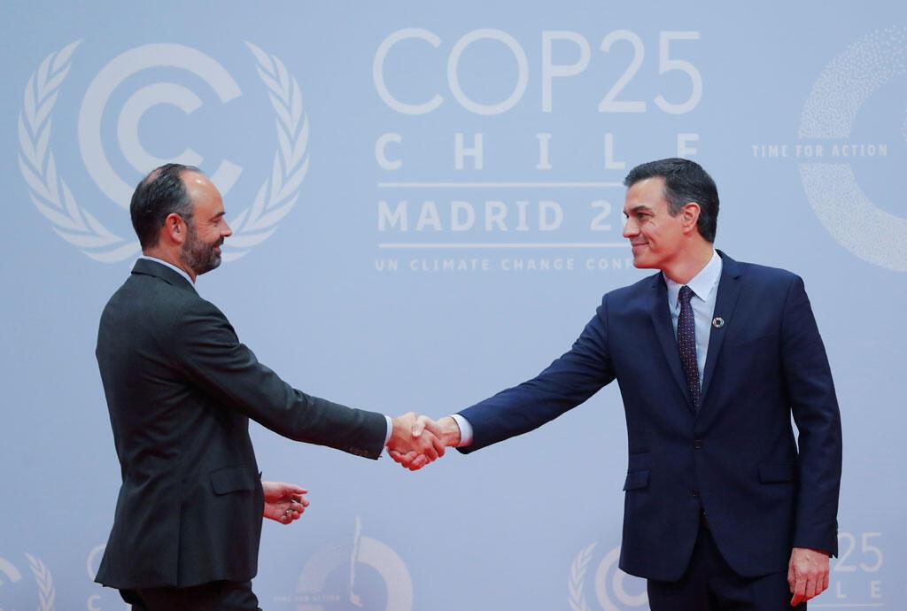 Le Premier ministre espagnol par intérim, Pedro Sanchez reçoit le Premier ministre français, Edouard Philippe à l'ouverture de la conférence des Nations Unies sur les changements climatiques (COP25) à Madrid, en Espagne, le 2 décembre 2019.
