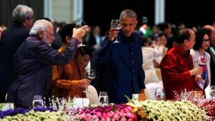 奧巴馬向出席峰會的東盟各國領導人敬酒。
