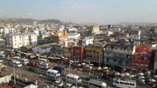 Vue depuis l'INSCAE, une école d'élite, sur le quartier populaire de 67 hectares Antananarivo.