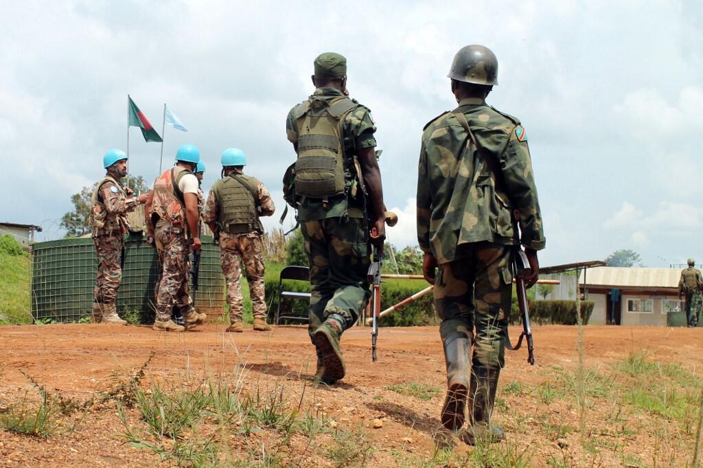 Des soldats des FARDC passent devant des soldats de la Monusco à Mavivi dans le Nord-Kivu (image d'illustration).