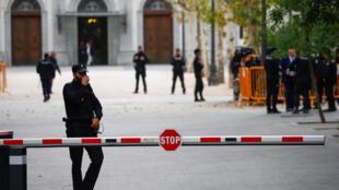 圖為西班牙警方在國家高級法院前警衛