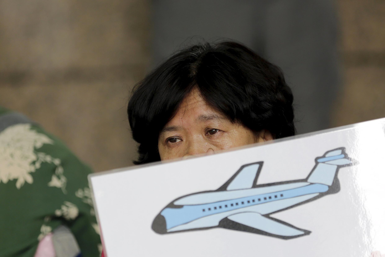 Parentes dos passageiros acusaram a companhia aérea e o governo de esconder informações.