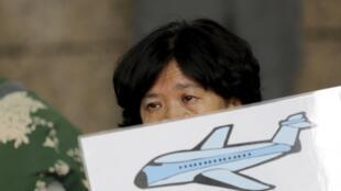 Pour les familles des passagers chinois ou malaisiens du vol MH370 de la Malaysia Airlines, cette interminable reconstitution du puzzle de l'avion est une interminable épreuve.