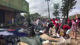 Captura de ecrã de um vídeo da AFP com populars de Pacaraima queimando bens de imigrantes venezuelanos a 18 de Agosto de 2018.