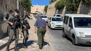 La police des frontières israélienne a sécurisé la zone située à l'extérieur de la vieille ville de Jérusalem où des policiers ont abattu un homme qu'ils croyaient armé, le 30 mai 2020.