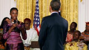 Le président américain Barack Obama ( de dos mais qu'on ne présente plus ) s'entretient avec de jeunes africains au bureau Est de la Maison blanche à Washington.