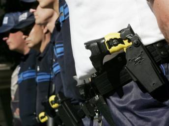 Policiais de Nice (sul) equipados com Taser, arma que emite eletrochoques de baixa intensidade para imobilizar suspeitos mas também é considerada de risco.