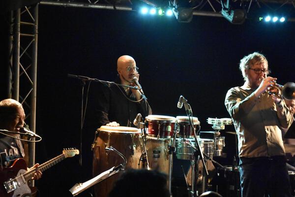João Caetano em concerto com Citrus Sun no New Morning de Paris. Rodeado pelo guitarrista  e produtor Bluey e  o trompetista Dominic Glover . 6 de Fevereiro  de 2019