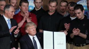 Le président Donald Trump qui vient de signer un décret sur « l'indépendance énergétique » qui élimine la réglementation sur les changements climatiques adoptée par Obama.