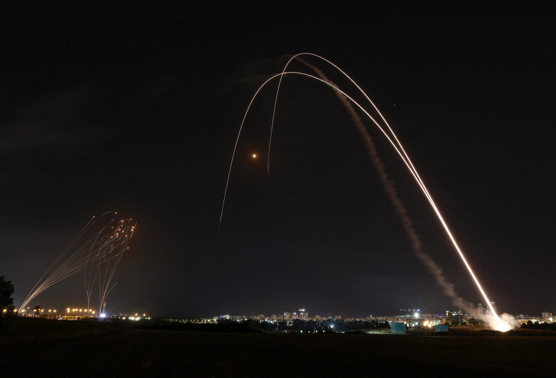 """Hệ thống lá chắn tên lửa """"Vòm Sắt"""" của Israel được kích hoạt nhằm bắn chặn rốc-kết do phe Hamas phóng đi từ dải Gaza, ngày 11/05/2021."""