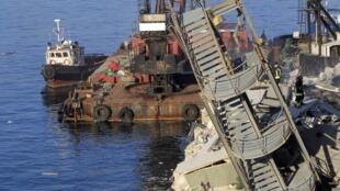 Torre de controle aéreo foi destruída após ser atingida por navio cargueiro no porto de Gênova.