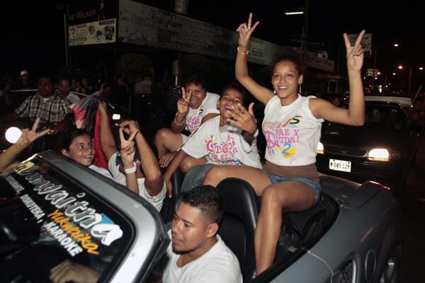 Nicaragua: simpatizantes del FSLN festejan el triunfo de Daniel Ortega por las calles de  Managua, el 6 de noviembre de 2011.
