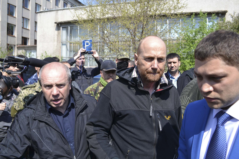 Axel Schneider (c.), l'un des observateurs de l'OSCE lors de sa libération, ce samedi 3 mai, par les séparatistes ukrainiens à Sloviansk.
