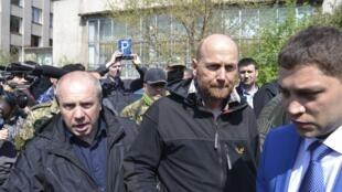 Axel Schneider katikati akiwa na waangalizi wa OSCE baada ya kuachiwa huru na waasi wa Ukraine tarehe 3 Mei